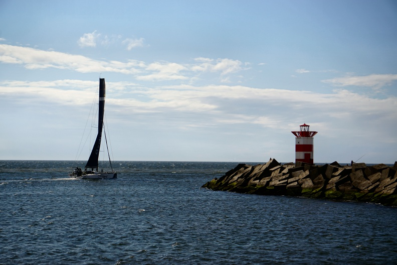 Segelboot in Hafenausfahrt.jpg