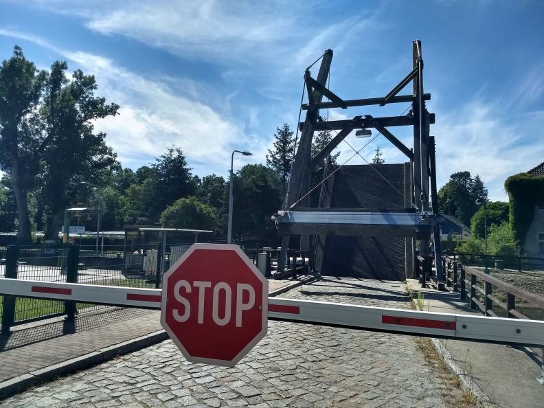 Zwangspause an einer Zugbrücke.jpg