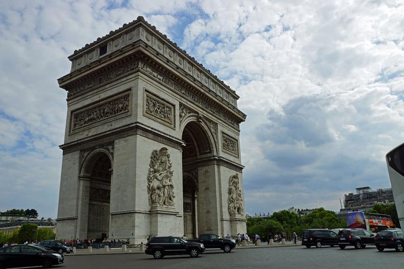 Blick auf den Arc de Triomphe.jpg