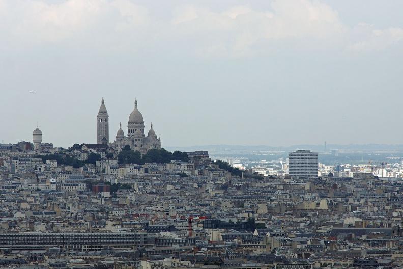 Die Sacre Coeur vom Eiffelturm aus gesehen.jpg
