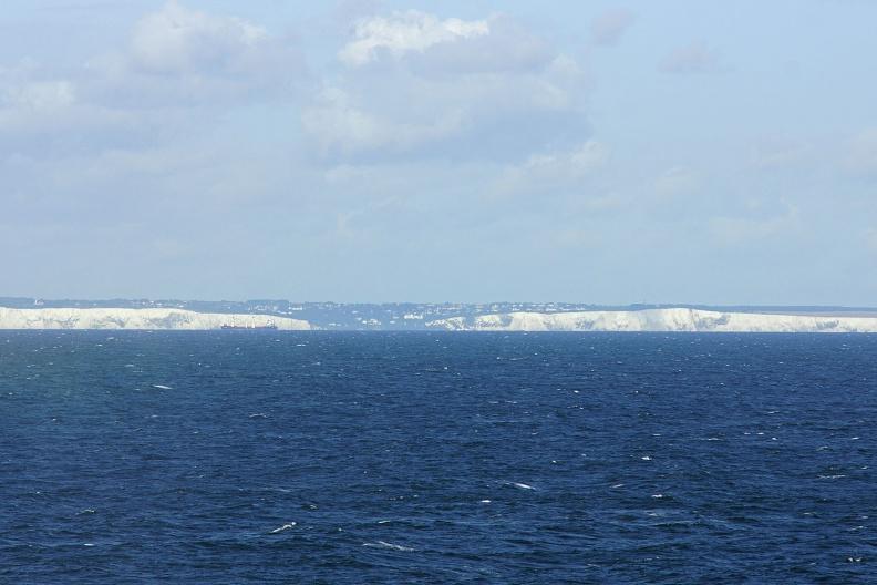 Erste Blicke auf die weißen Klippen von Dover.jpg