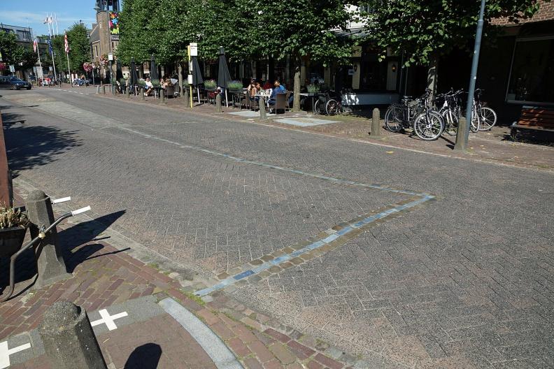 Grenzverlauf auf einer Straße in Baarle-Nassau bzw. Baarle-Hertog.jpg