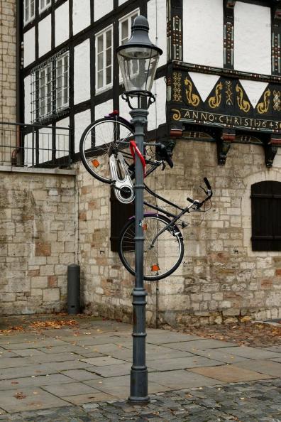 In Braunschweig hängen die Fahrräder hoch.jpg