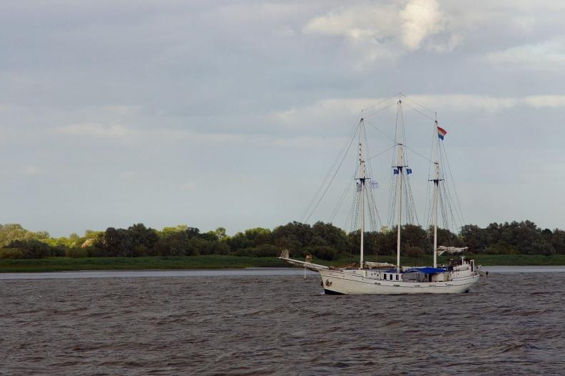 Segelschiff in der Elbmündung.jpg