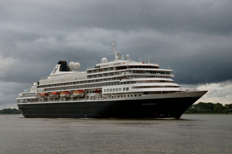 Kreuzfahrtschiff verlässt Hamburg.jpg