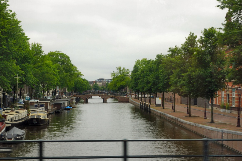 Amsterdamer Gracht mit Hausbooten.jpg