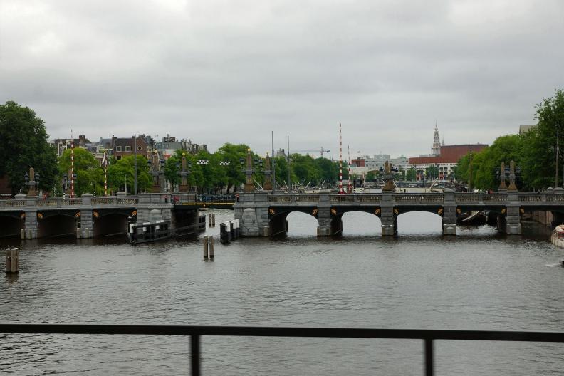 Blick über die Amstel im Stadtzentrum von Amsterdam.jpg