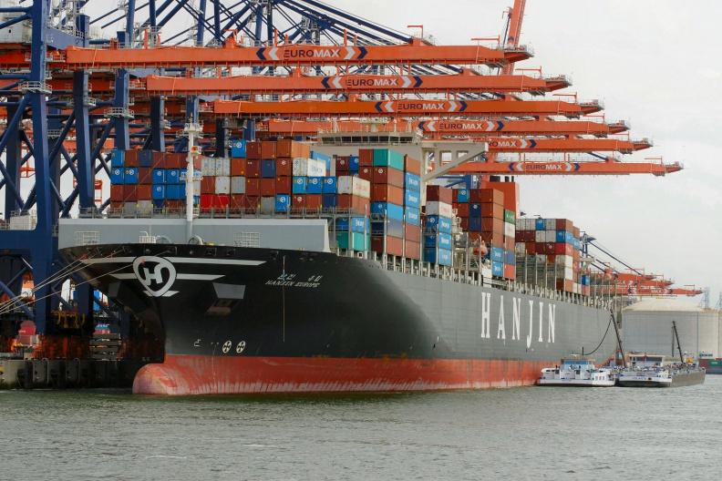 Containerschiff beim Löschen der Ladung.jpg