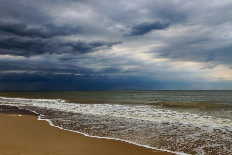 Dunkle Wolken über dem Strand.jpg