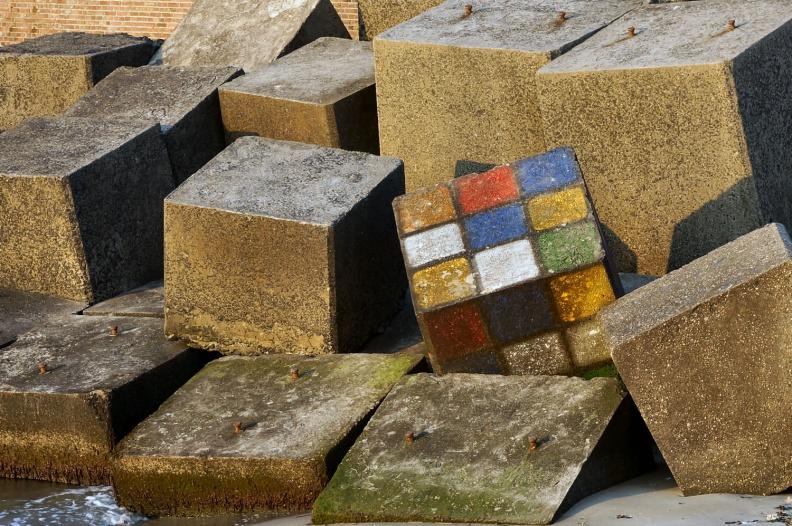 Ein riesiger Rubik-Cube.jpg