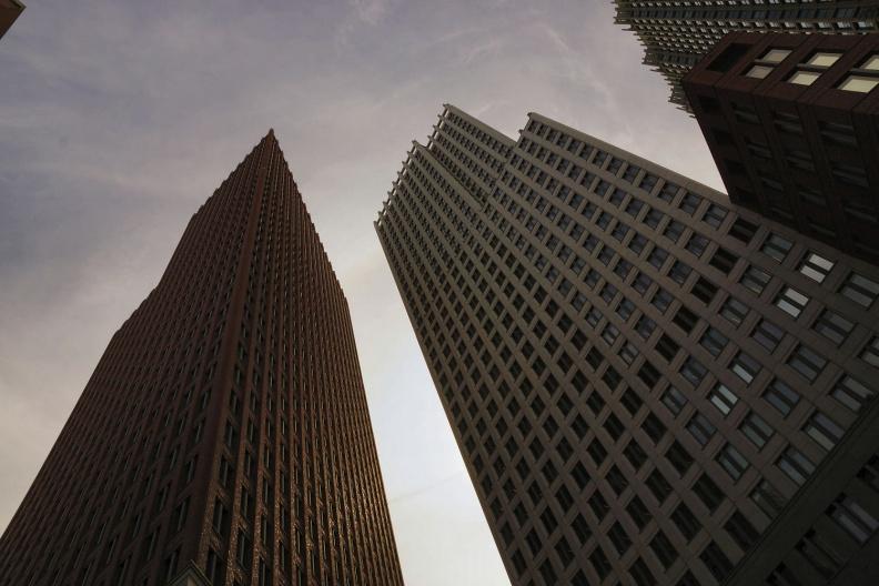 Hochhäuser aus der Frosch-Perspektive.jpg