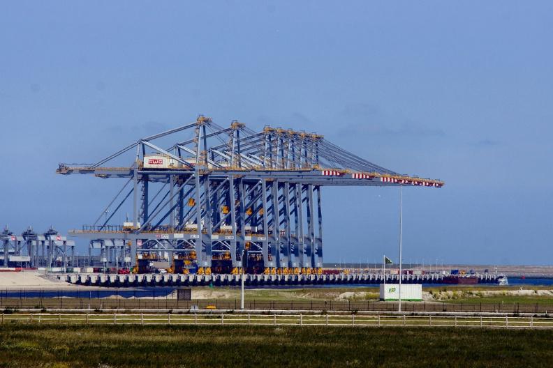 Neue Containerbrücken an der Maasvlakte 2.jpg