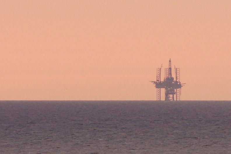 Ölplattform vor Scheveningen im Sonnenuntergang.jpg