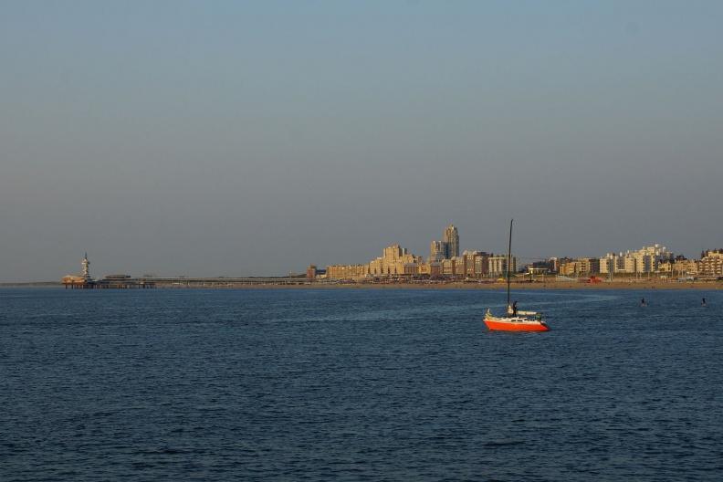 Segelboot vor der Pier von Scheveningen.jpg