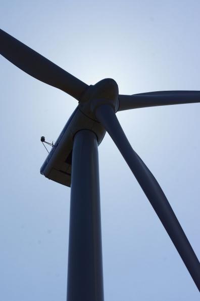 Windkraftanlage im Gegenlicht.jpg