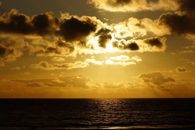 Beginnender Sonnenuntergang am Strand.jpg
