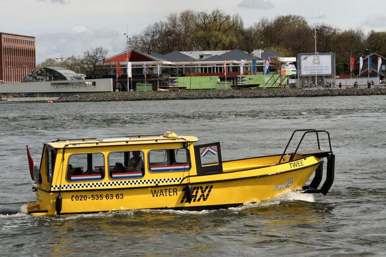 Wassertaxi in Amsterdam.jpg